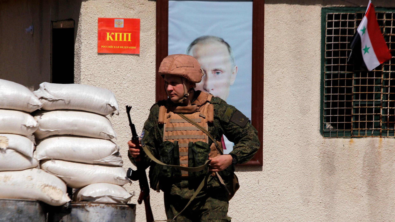Un soldado ruso transita por el campamento de Al Wafideen en Damasco, el 1 de marzo de 2018.