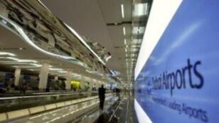 صورة لمسافر متوجه نحو قاعة المغادرة في مطار دبي