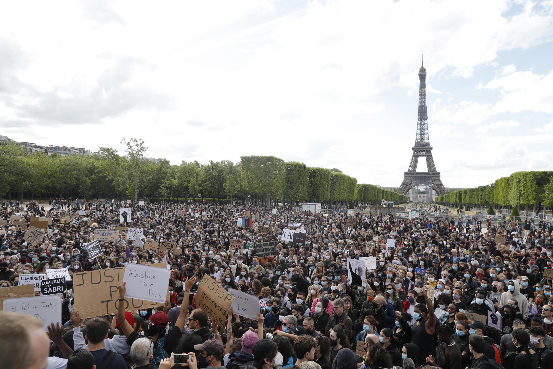 Les manifestants à Paris rejoignent le mouvement mondial contre la discrimination raciale et les méthodes policières, le 6 juin 2020, en France.