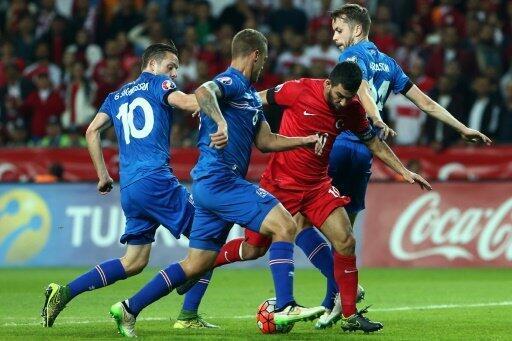 كابتن منتخب تركيا أوردان توران (بالأحمر) في المباراة مع إيسلندا 13 أكتوبر 2015