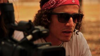 Le réalisateur Nadir Bouhmouch lors du tournage du documentaire