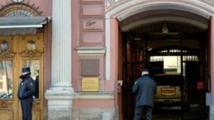 سيارة دبلوماسية أمام بوابة القنصلية الأمريكية في سان بطرسبرغ في 30 آذار/مارس.