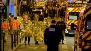 Les spectateurs du Bataclan sont évacués rue Oberkampf, au petit matin du 14 novembre 2015, quelques heures après l'attaque de la salle de spectacle.