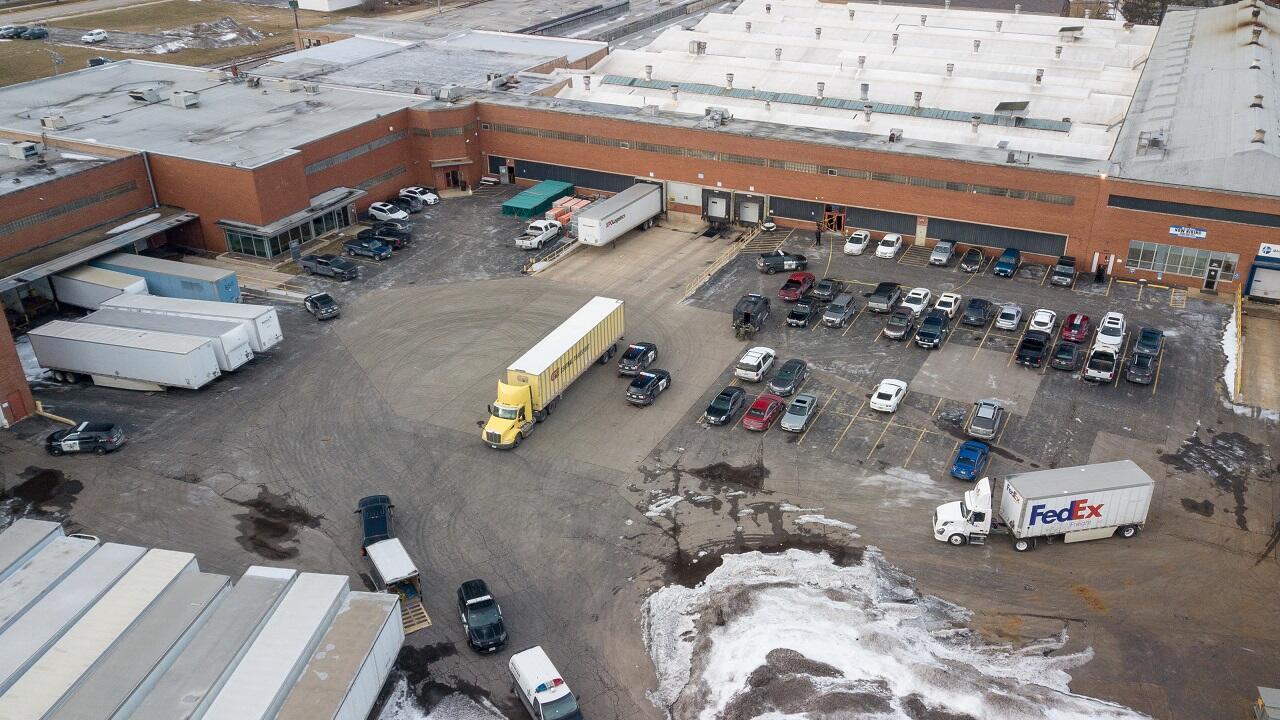 Una foto aérea de la policía y vehículos de emergencia estacionados en un lote adyacente a un almacén, en donde tuvo lugar un tiroteo que dejó múltiples víctimas en Aurora, Illinois, Estados Unidos, el 15 de febrero de 2019.