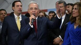 Alvaro Uribe s'exprime devant ses supporters à Bogota le 8octobre2019.