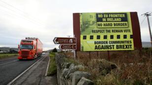 Un panneau contre le Brexit près de la frontière entre l'Irlande et l'Irlande du Nord.