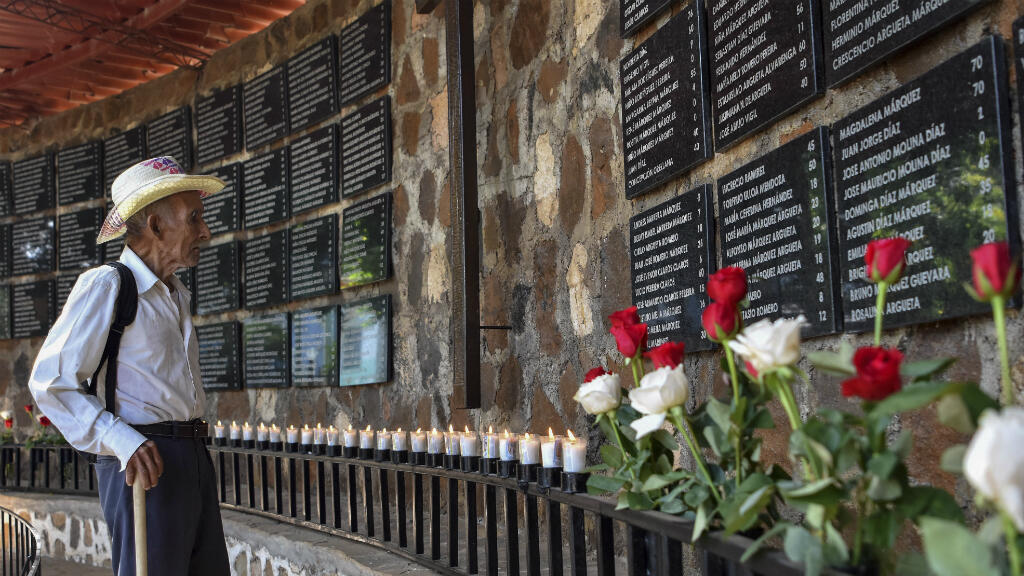 Juan Mata Argueta, sobreviviente de la masacre de El Mozote, aparece en el memorial de sus víctimas, en la aldea de El Mozote, a 200 km al este de San Salvador, el 30 de agosto de 2018.