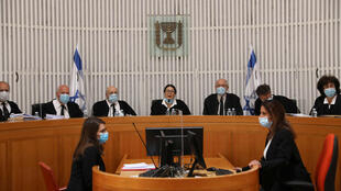 قضاة المحكمة العليا الإسرائيلية يضعون كمامات واقية في جلسة استماع حول صفقة ائتلاف نتانياهو-غانتس في الرابع من أيار/مايو 2020