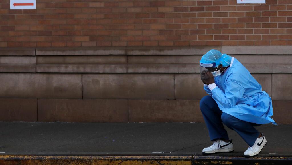 Un trabajador de la salud está a las afueras del centro médico Maimonides, en Nueva York, Estados Unidos, el 13 de abril de 2020.