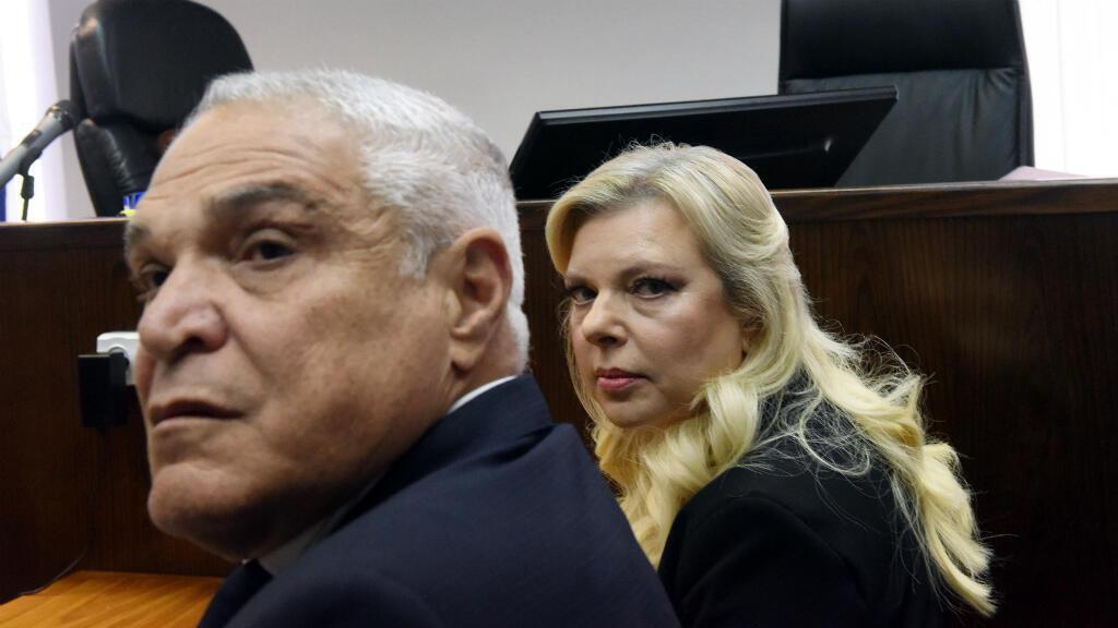 La esposa del primer ministro Benjamin Netanyahu, Sara, y su abogado, Yossi Cohen, esperan que el juez llegue antes del inicio de una audiencia por mal uso de fondos estatales, en el Tribunal de Magistrados de Jerusalén, Israel, el 16 de junio de 2019.