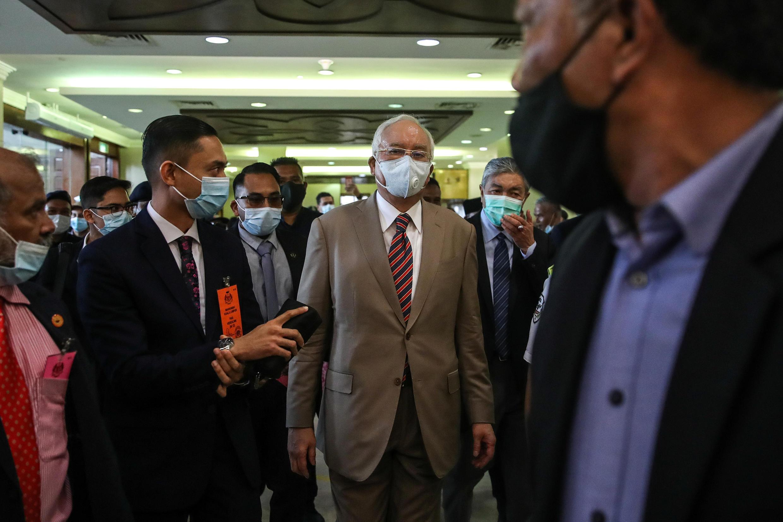 نجيب عبد الرزاق أثناء دخوله إلى المحكمة.