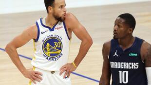Stephen Curry celebra una de sus canastas en el partido entre los Golden State Warriors y los Dallas Mavericks.