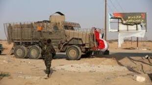 جندي من القوات الحكومية اليمنية يمر إلى جانب آلية عسكرية في محافظة شبوة. 27 أغسطس/آب.