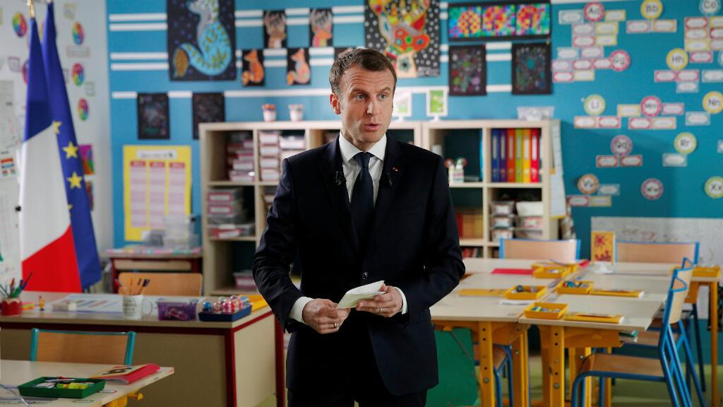 El presidente francés, Emmanuel Macron, acude a una entrevista, en el interior de un aula de colegio, con el periodista de la cadena francesa de TF1 Jean-Pierre Pernaut, en Berd'huis, Francia,