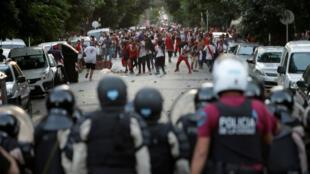 Hinchas de River Plate se enfrentan a la policía antidisturbios en Buenos Aires, Argentina, el 24 de noviembre de 2018, después de que la final de la Copa Libertadores, con Boca Juniors fuera pospuesta.