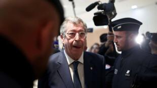 Le maire de Levallois-Perret, Patrick Balkany, entouré de journalistes alors qu'il se présente au tribunal de Paris pour son procès, le 13septembre2019.