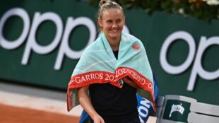 Fiona Ferro heureuse après sa victoire sur la Roumaine Patricia Maria Tig au 3e tour de Roland-Garros, le 3 octobre 2020