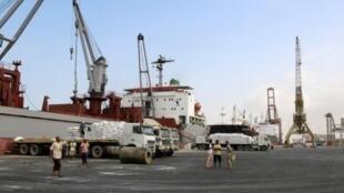 سفينة تفرغ مساعدات أرسلتها اليونيسف إلى ميناء الحديدة اليمني 27 كانون الثاني/يناير 2018