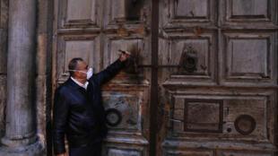 إغلاق مدخل كنيسة القيامة في 25 آذار/مارس 2020