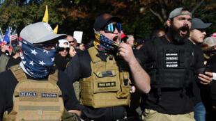 أفراد من جماعة براود بويز المؤيدة للرئيس دونالد ترامب يتظاهرون في واشنطن في 14 تشرين الثاني/نوفمبر 2020