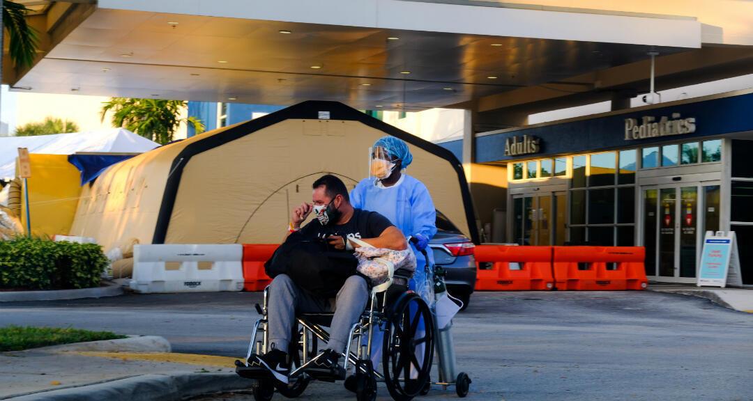 Una enfermera lleva a un paciente desde el Hospital Memorial West, donde se trata a pacientes con coronavirus. Pembroke Pines, Florida, EE. UU., el 13 de julio de 2020.