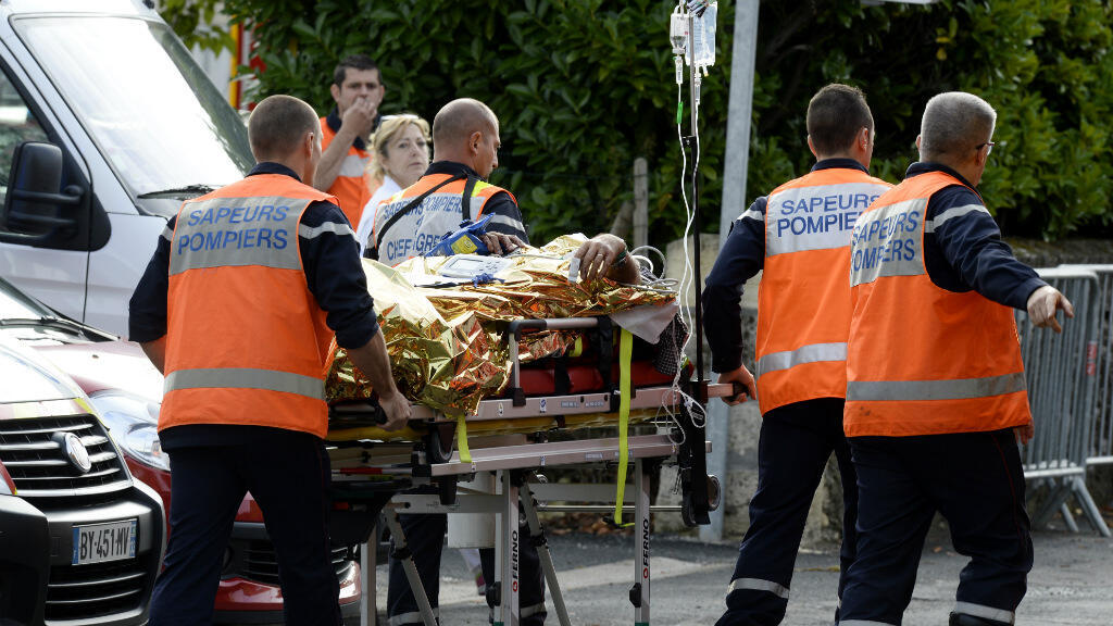 Les secours à l'œuvre après l'accident entre un autocar et un camion qui a fait 42 morts vendredi près de Libourne.