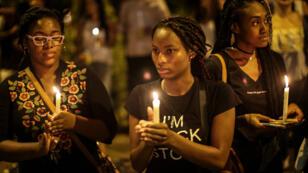 Mujeres participan en un homenaje a los líderes sociales asesinados en Colombia, en Medellín, el 31 de enero de 2018.