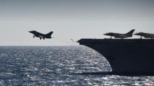 مقاتلات رافال عند انطلاقها من حاملة الطائرات شارل ديغول