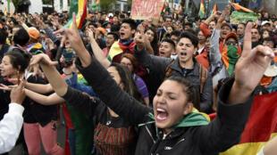 Les partisans du principal candidat à la présidence de l'opposition bolivienne, l'ancien président Carlos Mesa, scandent des slogans face aux partisans du président et candidat Evo Morales, à LaPaz, le 21octobre2019.