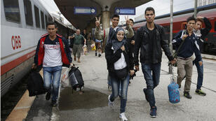 Arrivés à Vienne en bus depuis la Hongrie, des migrants montent dans un train à destination de Salzbourg, près de la frontière allemande.
