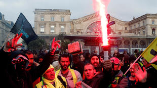 2019-12-26T141431Z_1654890542_RC223E9GZ0A0_RTRMADP_3_FRANCE-PROTESTS-PENSIONS