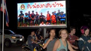 مجموعة من السياح في تايلاند أثناء تجوالهم بالدراجات النارية