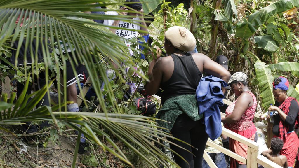 Migrantes cubanos y haitianos esperan en el punto de frontera entre Colombia y Panamá. Militares panameños pusieron alambre de púas para impedirles el paso. Sapzurro, Colombia, febrero de 2019.