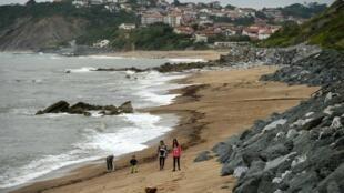 Des promeneurs sur la plage de Guethary (sud-ouest) le 12 mai 2020