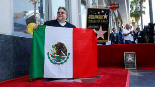 El cineasta mexicano celebra con su bandera el homenaje en el Paseo de la Fama de Hollywood en Los Angeles, California, Estados Unidos, el 6 de agosto de 2019.