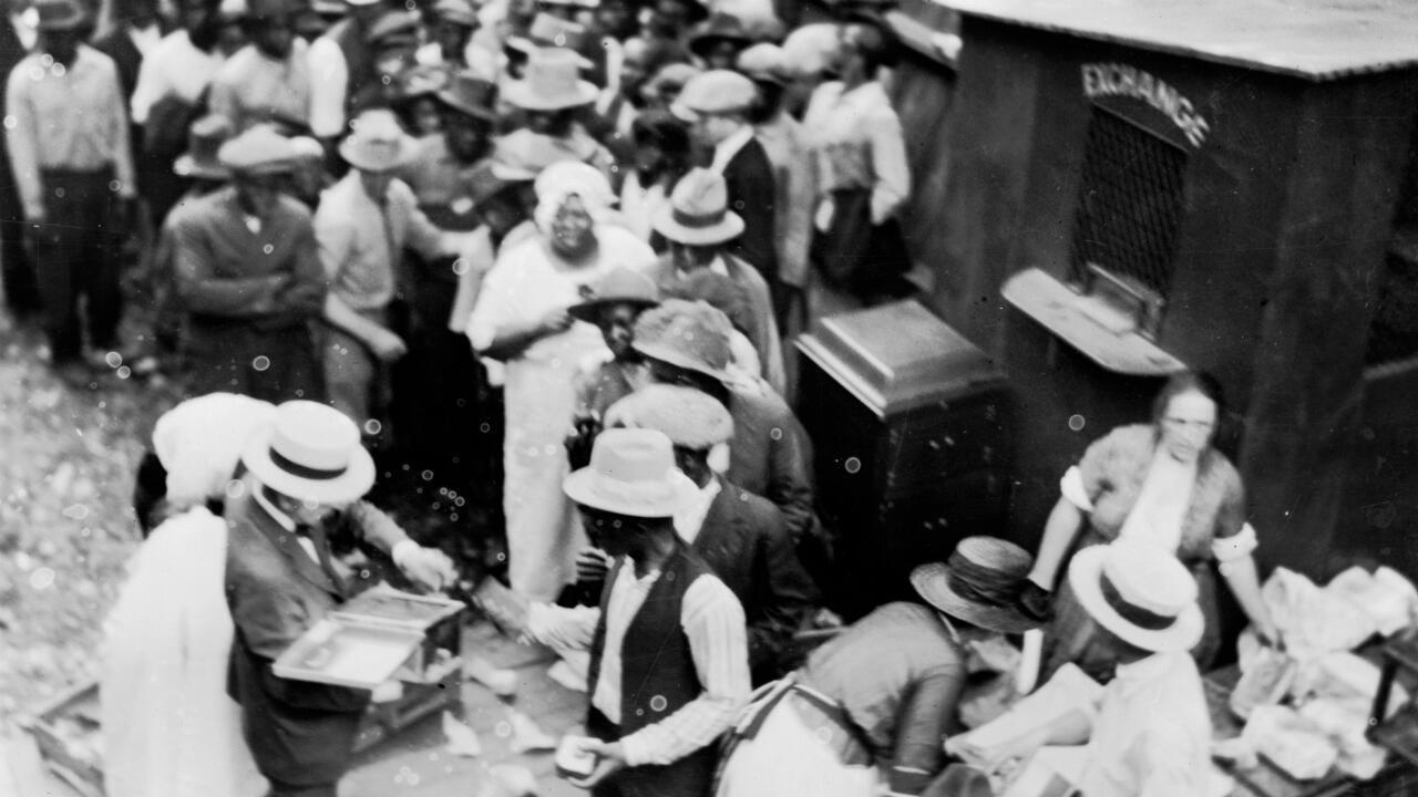 Imagen de archivo. Una multitud principalmente de afroamericanos hace cola junto al stand de Exchange en Tulsa , Oklahoma, en 1921.