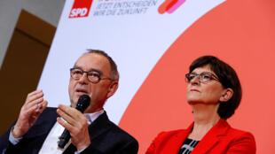 Norbert Walter-Borjans s'exprime au côté de Saskia Esken lors du vote de la présidence du Parti social-démocrate (SPD) à Berlin, le 30 novembre 2019.