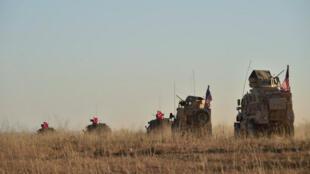 Unidades militares portando banderas de Turquía y Estados Unidos, patrullan la zona de Manbij en Siria, el 1 de noviembre de 2018.