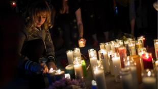 Une jeune femme se recueille à proximité des lieux de la fusillade mortelle à Las Vegas.
