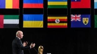 رئيس الاتحاد الدولي لكرة القدم جاني إنفانتينو يتحدث خلال افتتاح كونغرس الاتحاد في موسكو، في 13 حزيران/يونيو 2018.
