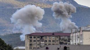 دخان يتصاعد بعد عملية قصف على ستيباناكرت، كبرى مدن  ناغورني قره باغ في 9 تشرين الأول/أكتوبر 2020 وسط معارك بين الانفصاليين الأرمن وأذربيجان في الإقليم