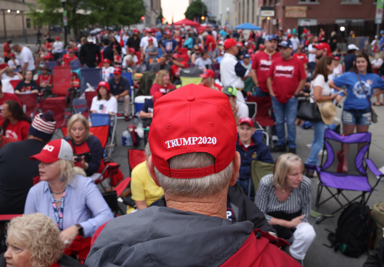 Des partisans de Donald Trump se sont rassemblés au BOK center, à Tulsa (Oklahoma), samedi 20 juin 2020, pour écouter le discours du président, lors de son premier meeting de campagne depuis le coronavirus.
