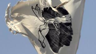 العلم الذي تتبناه الحركات المكالبة باستقلال كورسيكا عن فرنسا