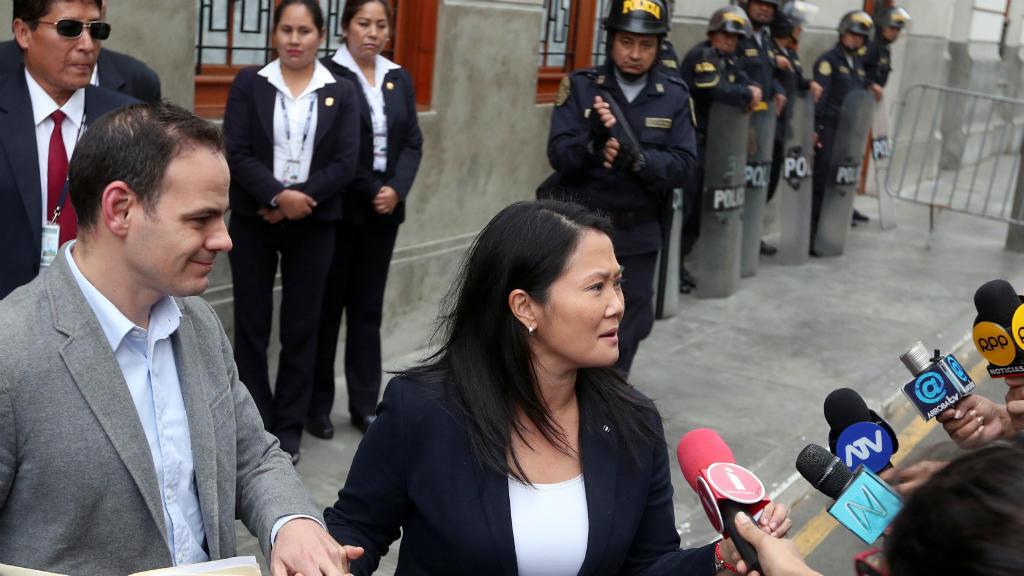 Archivo: Keiko Fujimori acompañada por su esposo, Mark Vito, sale de la Corte después de una audiencia como parte de una investigación sobre lavado de dinero, en Lima, Perú, el 24 de octubre de 2018.