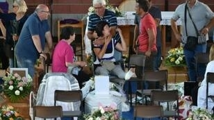 أهالي ضحايا الزلزال يتجمعون في قاعة رياضية في إسكولي بيتشينو استعدادا لمراسم الدفن السبت 27 آب