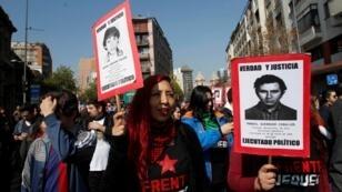 Un grupo de manifestantes durante la marcha en homenaje a las víctimas de la dictadura realizada en Santiago de Chile el 8 de septiembre de 2019.
