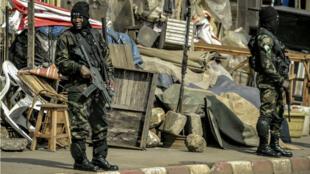 Bamenda, le vendredi 17 novembre. Des forces de sécurité sécurisent une cérémonie en hommage à des militaires tués.
