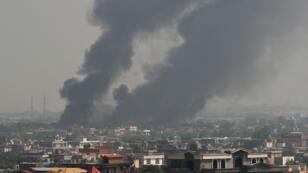 De la fumée s'élève depuis le lieu de l'attentat, le 2 septembre 2019 à Kaboul.