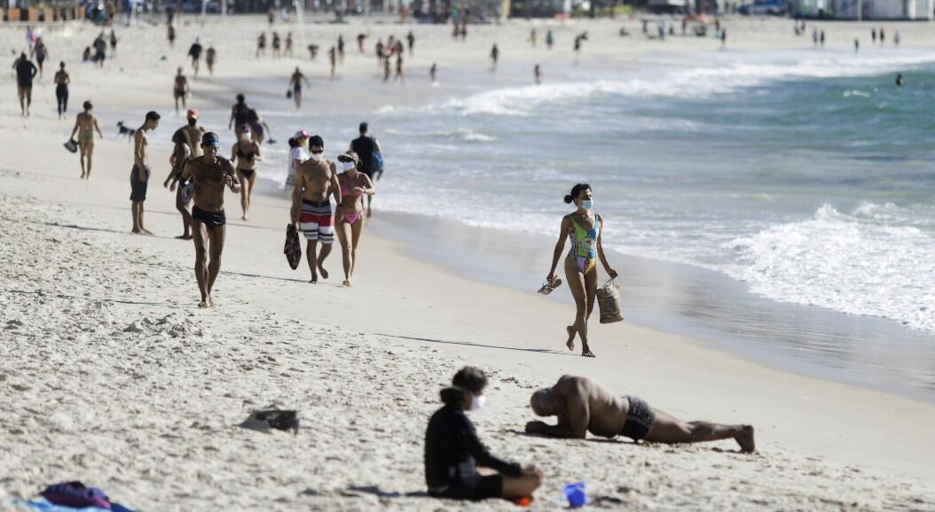 Decenas de personas recorren la playa de Copacabana, en medio del brote del Covid-19, en Río de Janeiro, Brasil, el 28 de julio de 2020.