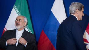 Le chef de la diplomatie iranienne, Mohammad Javad Zarif, et son homologue américain, John Kerry, le 2 avril, à Lausanne.